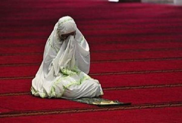 Muslimah menangis saat berdoa - ilustrasi
